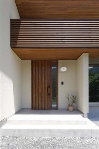 落ち着きのある玄関の外観 岐阜県加茂郡の平屋 施行事例