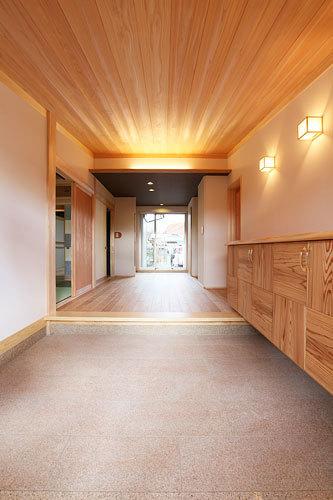 奥行きある廊下へと続く玄関 愛知県春日井市の平屋 施行事例