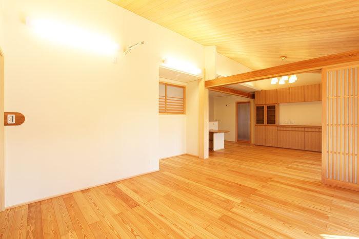 高い木の質感に包まれるリビングダイニング 愛知県春日井市の平屋 施行事例