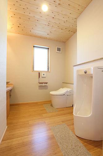 トイレは広い空間に男性用も設けて機能的 愛知県春日井市の平屋 施行事例