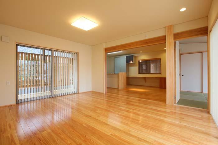 リビングは木の温かさが溢れ開放的なスペース 愛知県豊川市の平屋 施行事例