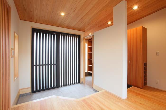 質感高く収納スペースを十分に確保した玄関 愛知県豊川市の平屋 施行事例