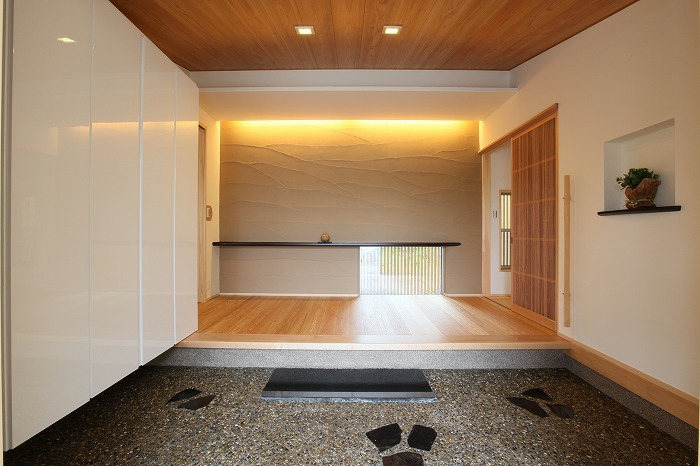 スペース広く洗練された空間の玄関 愛知県長久手市の平屋 施行事例
