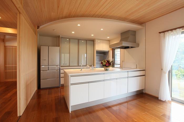 モダンと和風の調和したキッチン空間 愛知県長久手市の平屋 施行事例