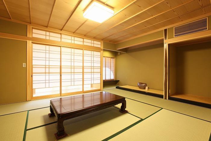 和室にマッチする重厚なテーブル 愛知県長久手市の平屋 施行事例