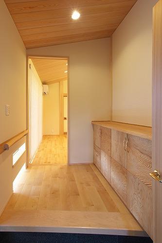 奥行きを感じさせる玄関 愛知県小牧市の平屋 施行事例