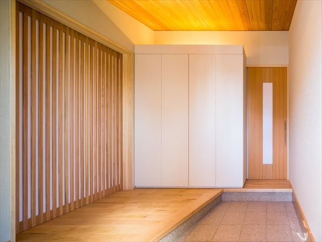 デザイン性と使いやすさを両立した玄関 愛知県春日井市の平屋 施行事例